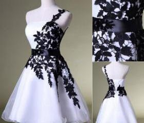 One-shoulder prom dr..